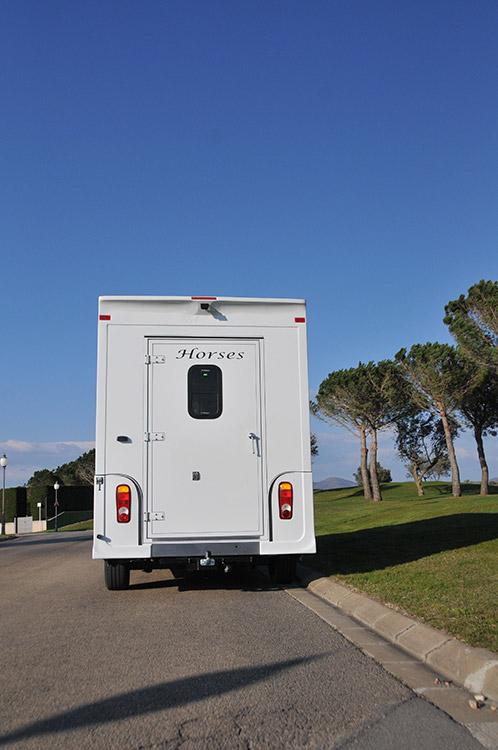La solution pour transporter vos chevaux est sur carrosserie-ameline.com
